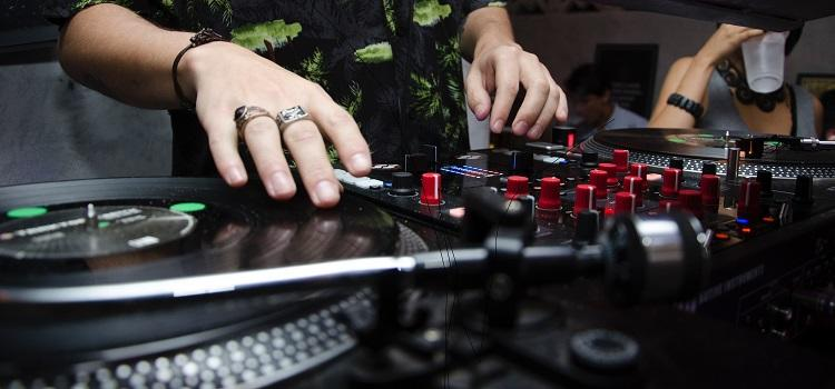 how to pick a good wedding DJ